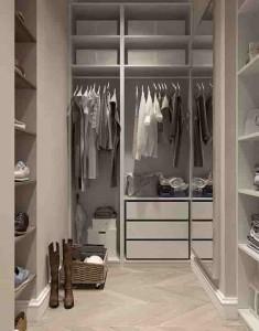 Маленькая гардеробная в доме