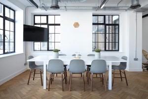 Современные стулья и обеденный стол