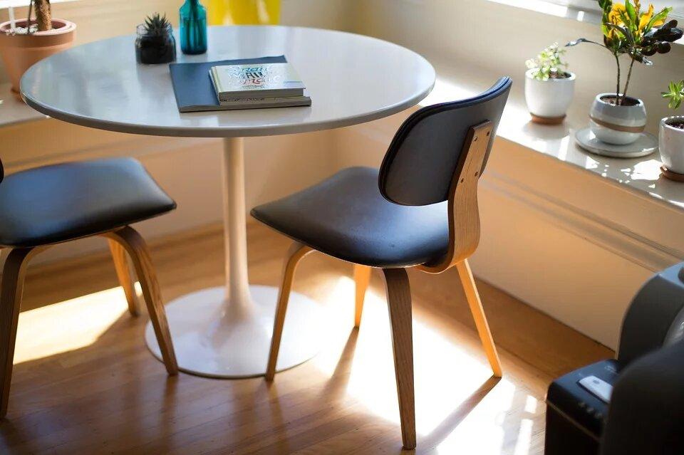 Стулья и круглый стол