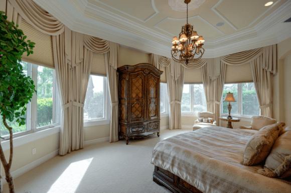 Декор окна шторами в большой спальне