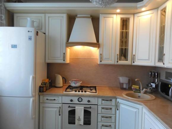 Дизайн кухни маленькой площади с холодильником в квартире