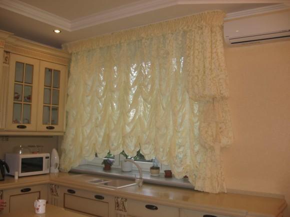 Французская штора на окне в кухне