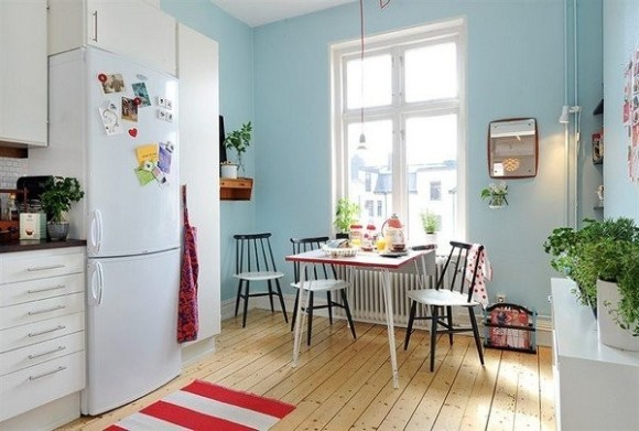 Интерьер квартиры в скандинавском стиле белый фон служит холстом для ярких цветовых пятен предметов мебели и аксессуаров