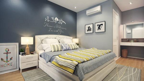 Кровать в спальне с покрывалом