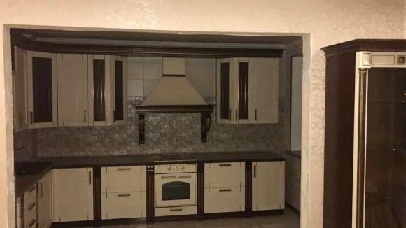 Небольшая кухня с отделкой цвета венге