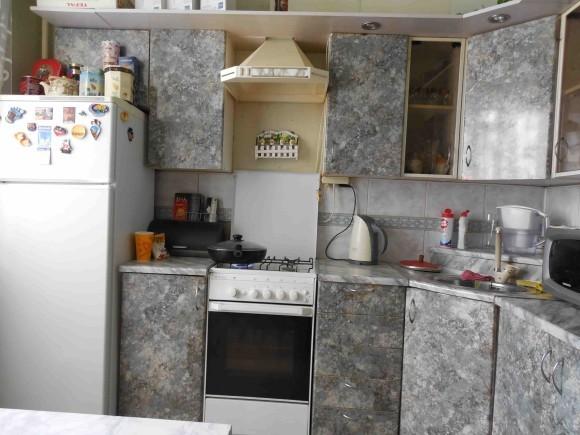 Небольшая кухня серого цвета в квартире