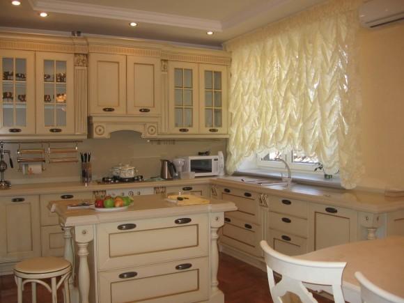 Стильная молочная мебель в кухне