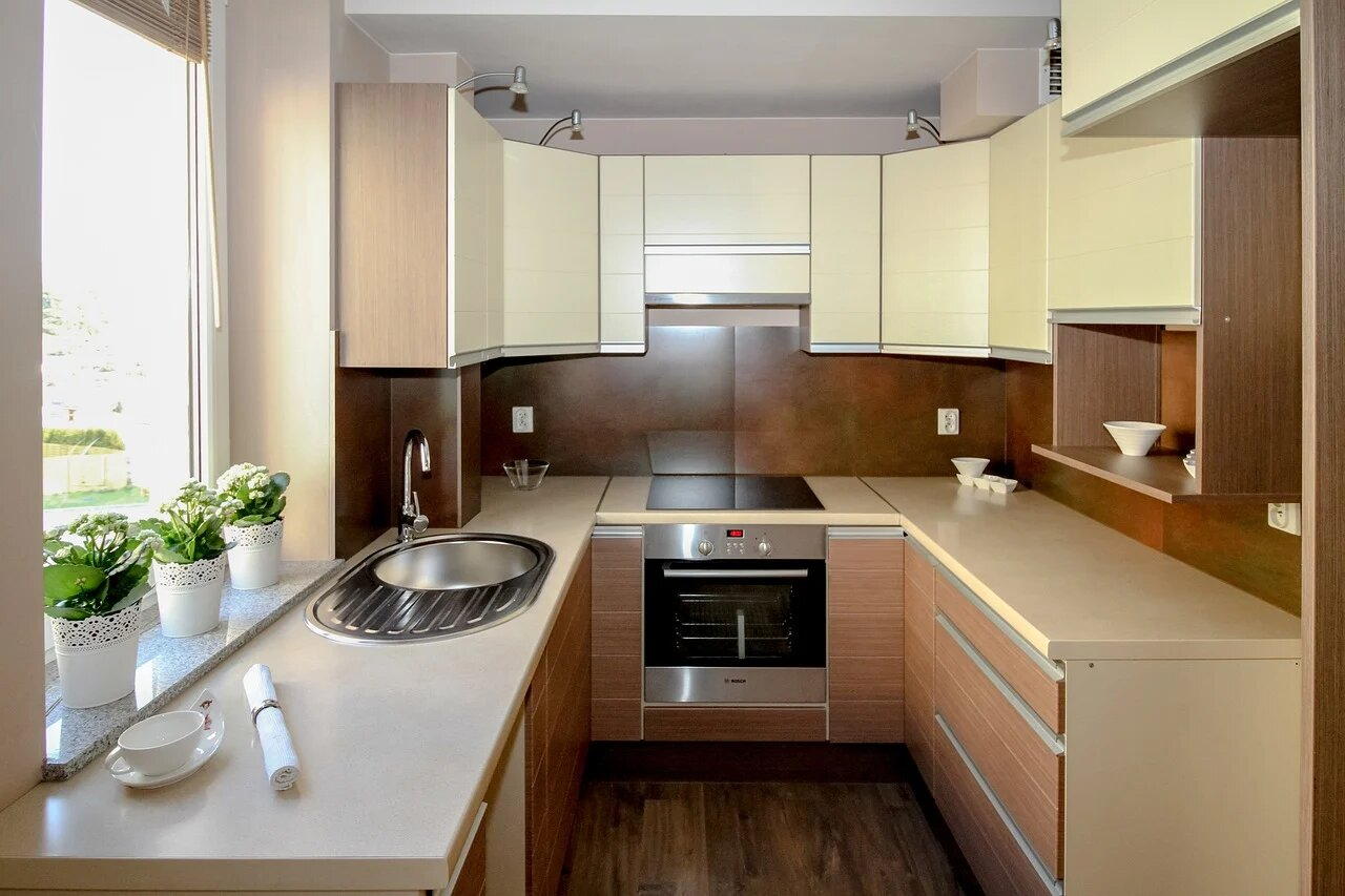 Узкая кухня в стиле модерн