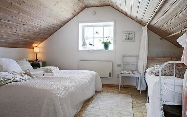 Спальня белая на мансарде