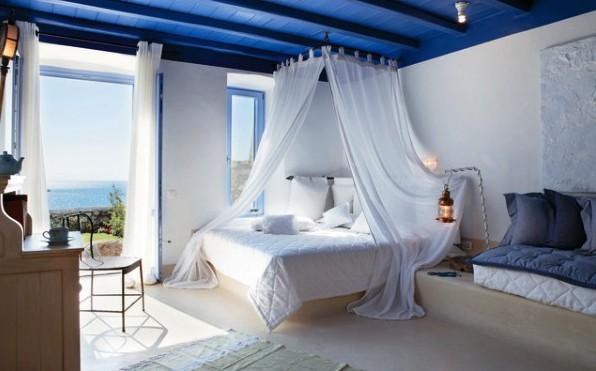 Спальня в белом цвете хорошо сочетается с синим